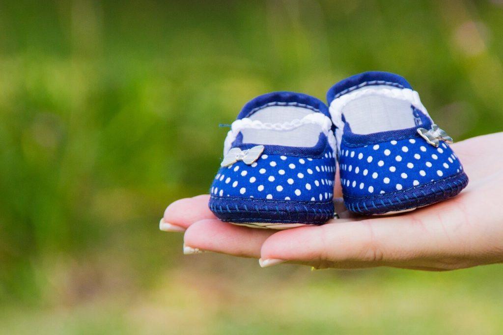 Babyschuhe auf Händen