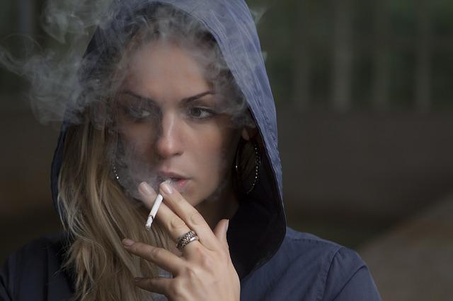 rauchende junge Frau