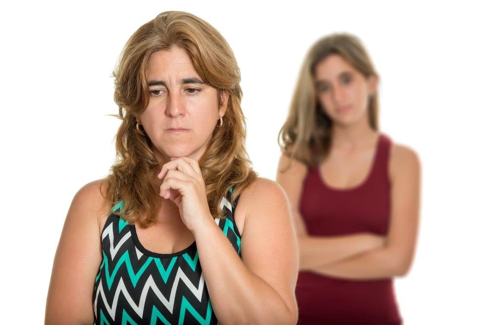 Hilflose Mutter streitet mit Tochter