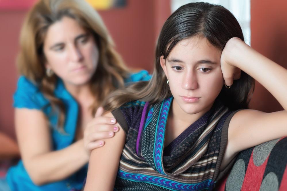 Pubertierendes Mädchen streitet mit Mutter