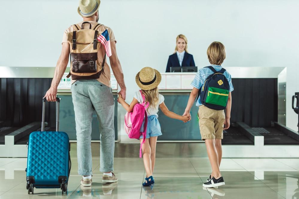 Familie bei der Ankunft im Hotel